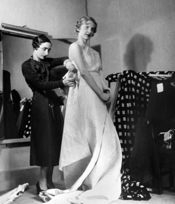 Germaine Krebs (1903-1993) dite Alix puis Madame GrËs, ‡ l'Èpoque de la maison Alix Barton, crÈant un modËle drapÈ sur un mannequin. Paris, 1933.